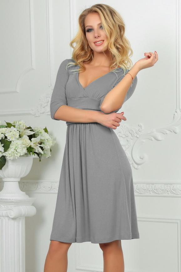 Повседневное платье с расклешённой юбкой светло-серого цвета 2485.65 интернет-магазин vvlen.com